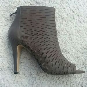 Vince Camuto leather cut out taupe heels size 9